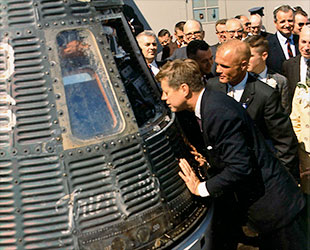 President-John-F.-Kennedy-peers-into-the-Friendship-7-Mercury-capsule-with-astronaut-John-Glenn-while-touring-Cape-Canaveral-in-Florida-in-February-1962.-NASA